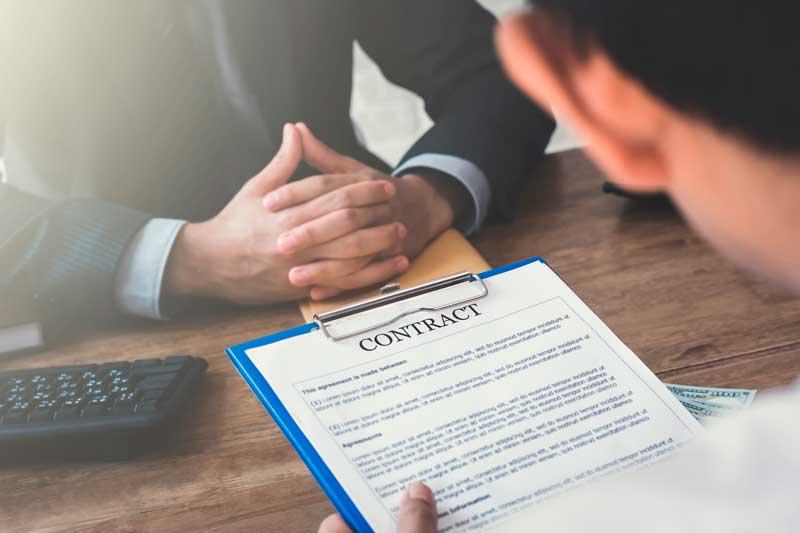 ¿Me quedo con el abogado que me ofrece la compañía o elijo a un abogado particular?